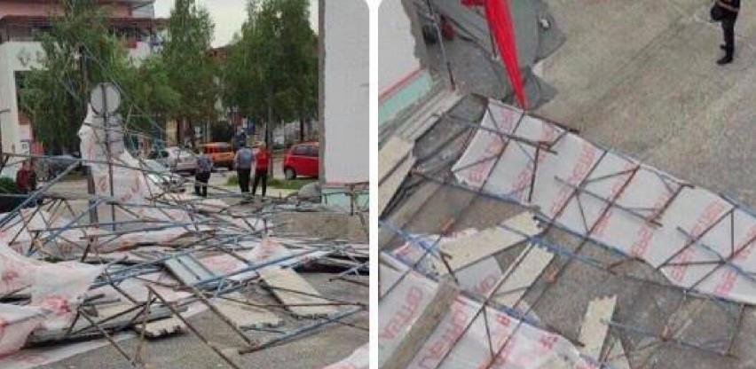 Usred bijela dana pala skela sa zgrade u centru Cazina