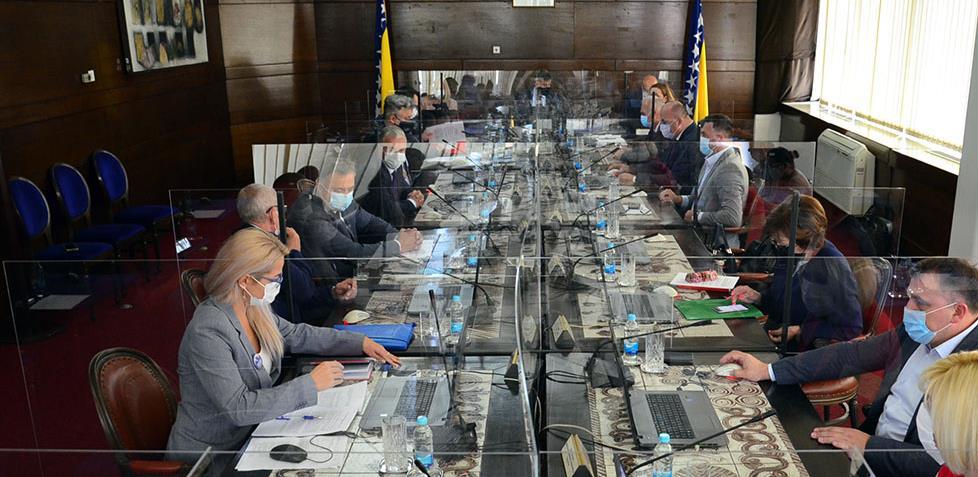 Vlada FBiH usvojila naredbe i preporuke Kriznog štaba, stupaju na snagu od danas
