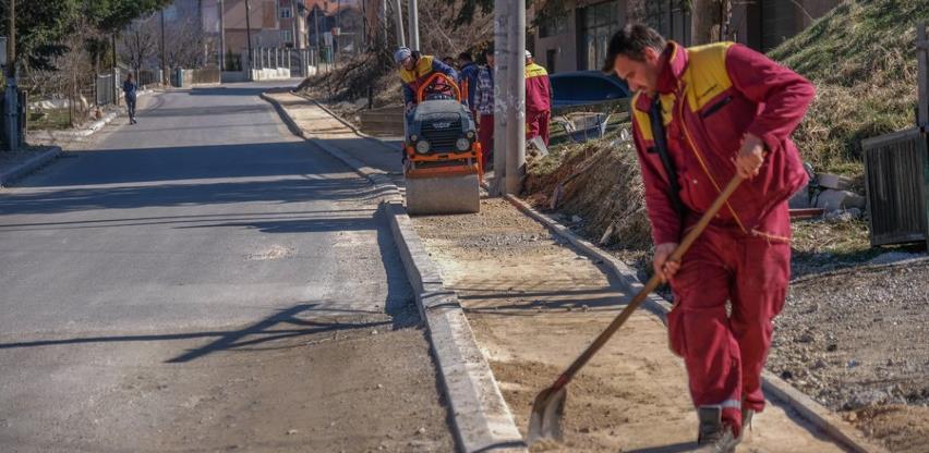 U toku postavljanje ivičnjaka za pješačku stazu u ulici Avde Palića