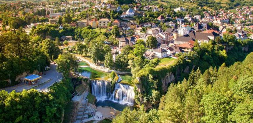 Turisti sve više dolaze u Jajce, lokalno stanovništvo odlazi