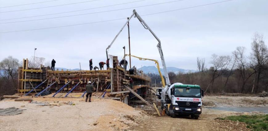 Izvođenje radova na izgradnji mosta preko rijeke Lašve