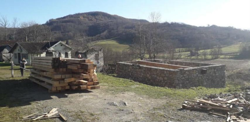 Dopremljeni dijelovi za drvenu konstrukciju replike kuće Branka Ćopića