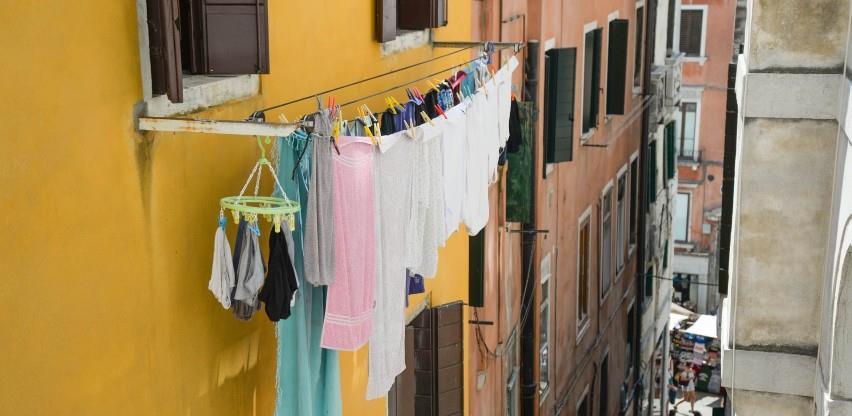 Ustavni sud RS: Sušenje veša na terasama i balkonima je nezakonito