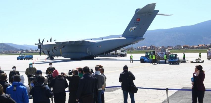 Na sarajevski aerodrom stigla pomoć Turske za BiH u borbi protiv koronavirusa