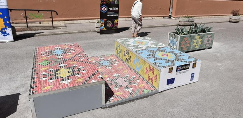 U Gimnazijskoj ulici postavljena klupa izrađena od plastičnih čepova