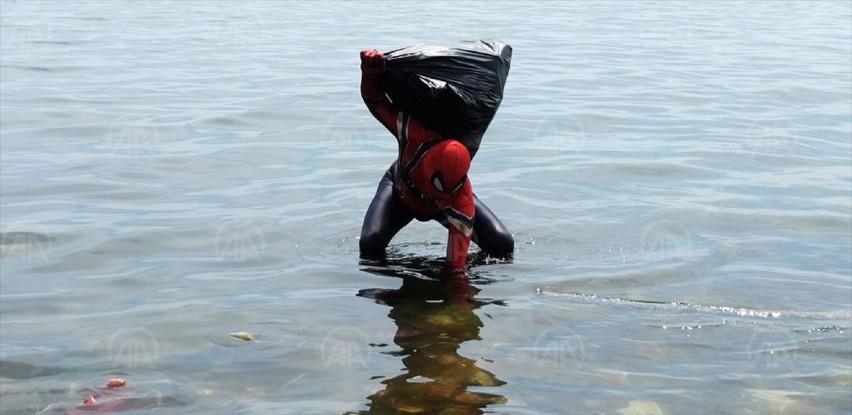Indonezija: Čovjek obučen u superheroja čisti obalu od smeća (VIDEO)