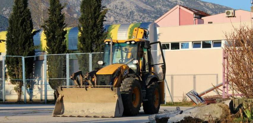 Izgradnja Tojaga vrši obnovu školskog igrališta u naselju Rudnik