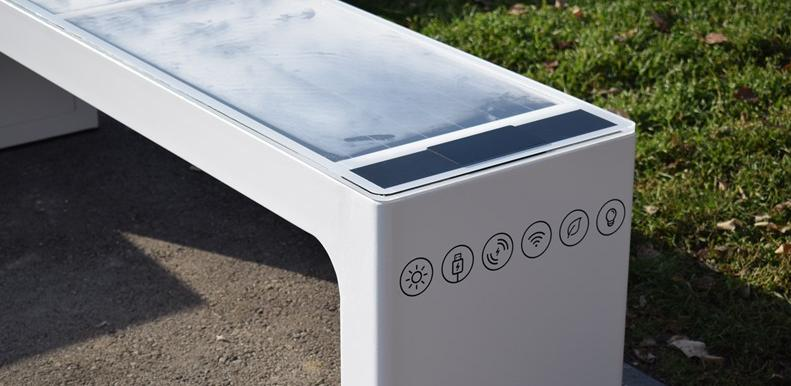 Na tri lokacije u centru Sarajeva postavljeno šest solarnih klupa