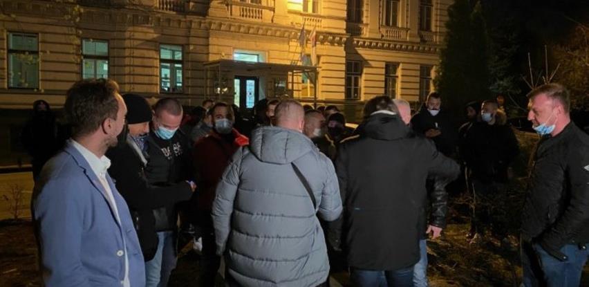 Protest pred zgradom Vlade KS zbog najavljenog zatvaranja Sarajeva