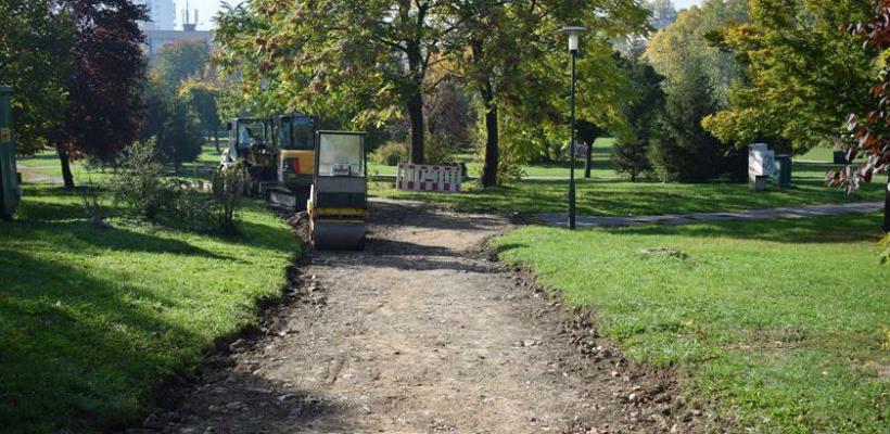 Bosman radi na obnovi pješačkih staza u parku kod Druge gimnazije