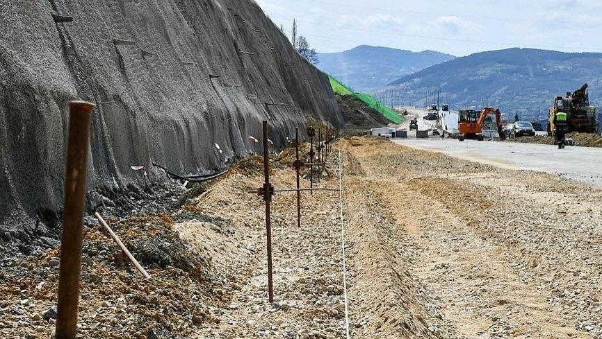 Na poddionici Tunel Zenica - Donja Gračanica izgradnja kolovozne konstrukcije