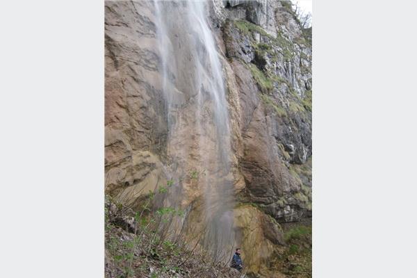 Na vodopadu Skakavac planinari i strani turisti