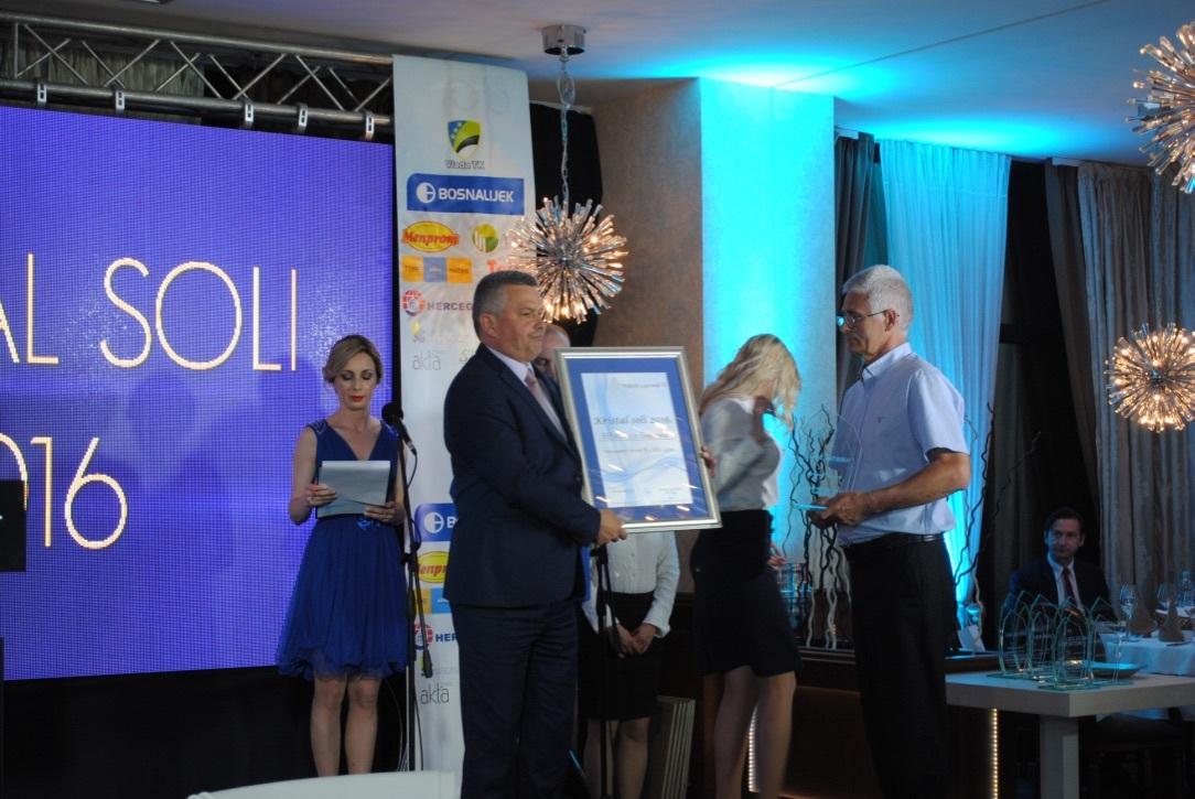 Željko Babić, predsjednik Obrtničke Obrtničke komore TK uručuje nagradu najboljem zanatkom obrtu Begi Sendiću