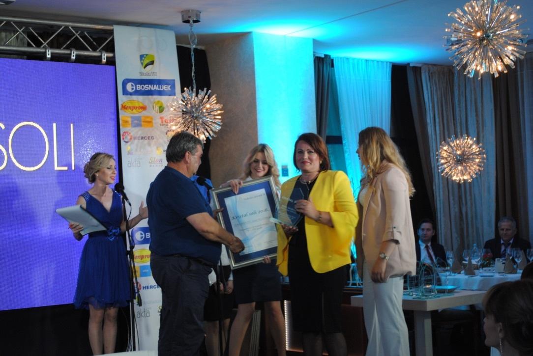 Ramiz Karić, predsjednik Stručnog žirija, uručuje nagradu najboljoj poduzetnici Zehri Jakubović