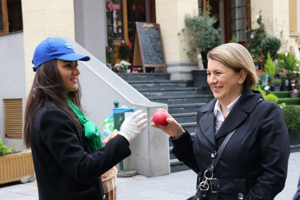 Tradicionalnom podjelom jabuka Hoše komerc čestitao Dan grada Sarajeva