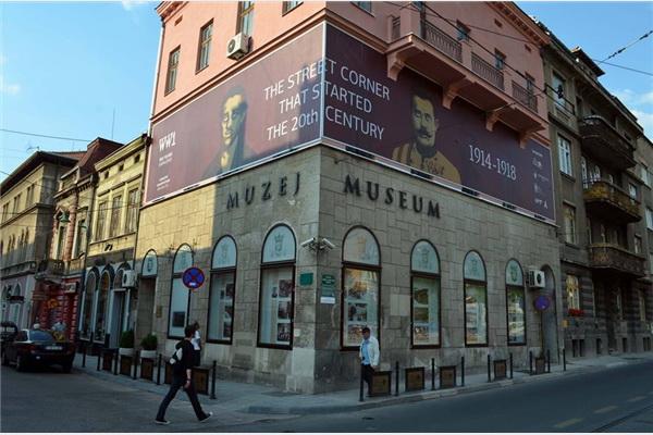 Fotografije Principa i Ferdinanda na zgradi Muzeja Sarajeva