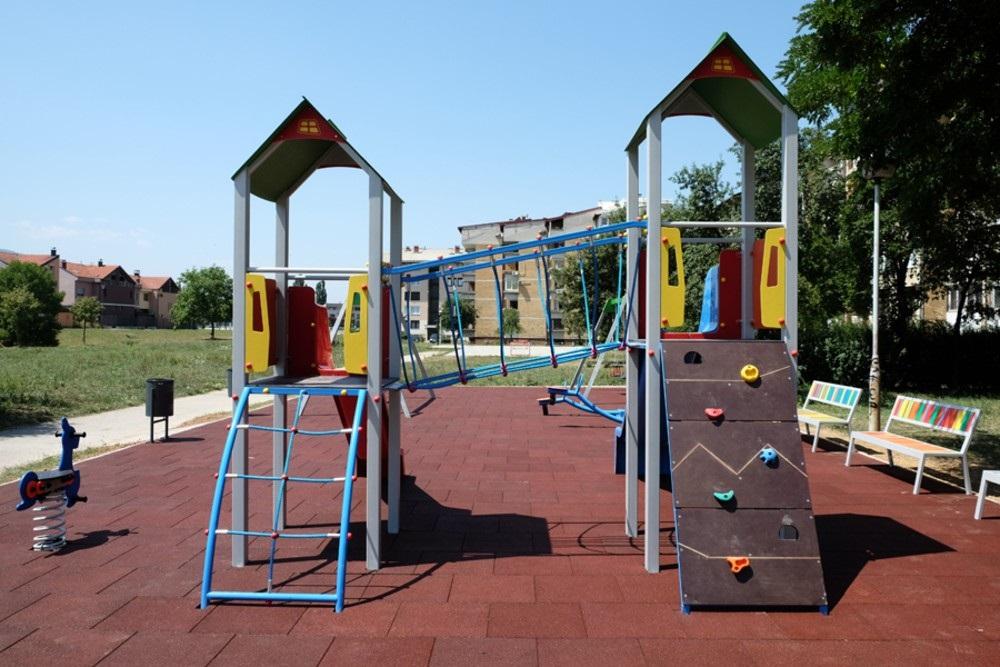 S desne obale rijeke Dobrinje izgrađeno novo dječije igralište