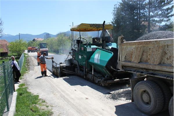 Bosanski Petrovac: Završava se asfaltiranje dionice puta u MZ Rašinovac