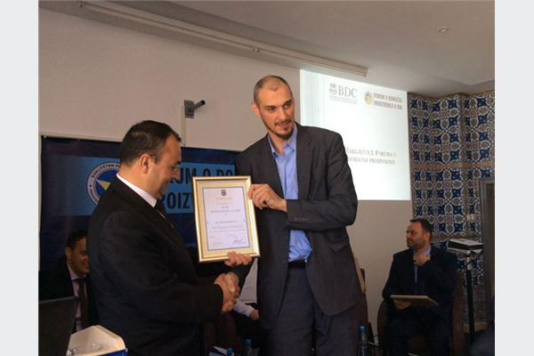 Uručenje zahvalnice Nedžadu Biberoviću, marketing menadžeru MI Ovako.