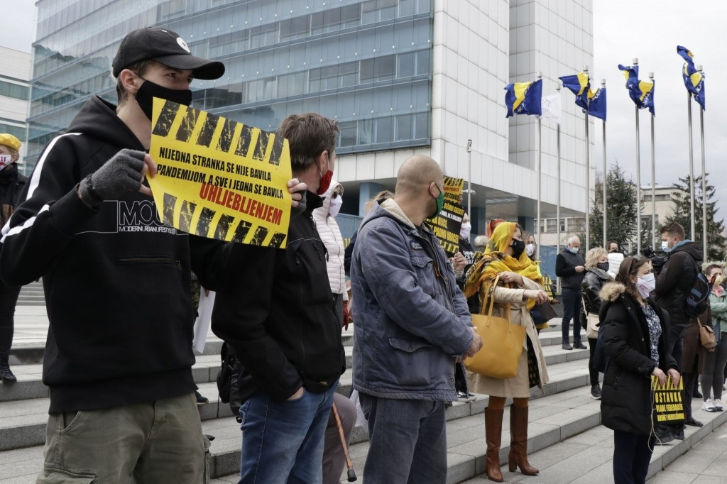 Protesti u Sarajevu: Građani ispred zgrade Vlade FBiH zahtijevali ostavke