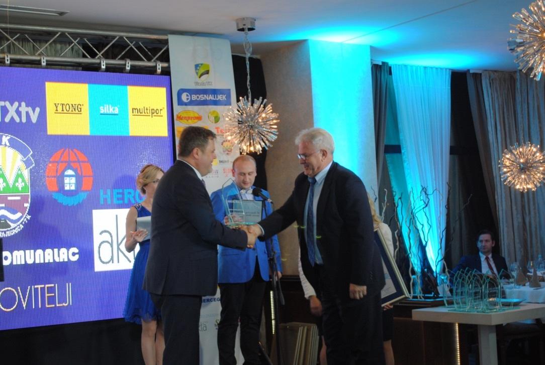 Edin Delić načelnik Općine Lukavac uručuje nagradu Izetu Imamoviću, direktoru Fabrike cementa Lukavac