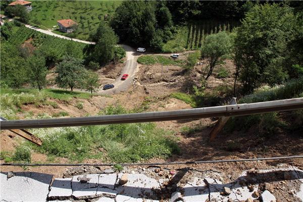 Jusufović: Pomozite Željeznom Polju, ne ubirajte poene na muci unesrećenih