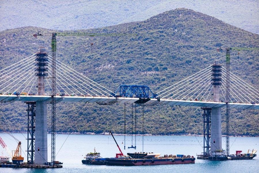 Pogledajte dizanje posljednjeg dijela Pelješkog mosta