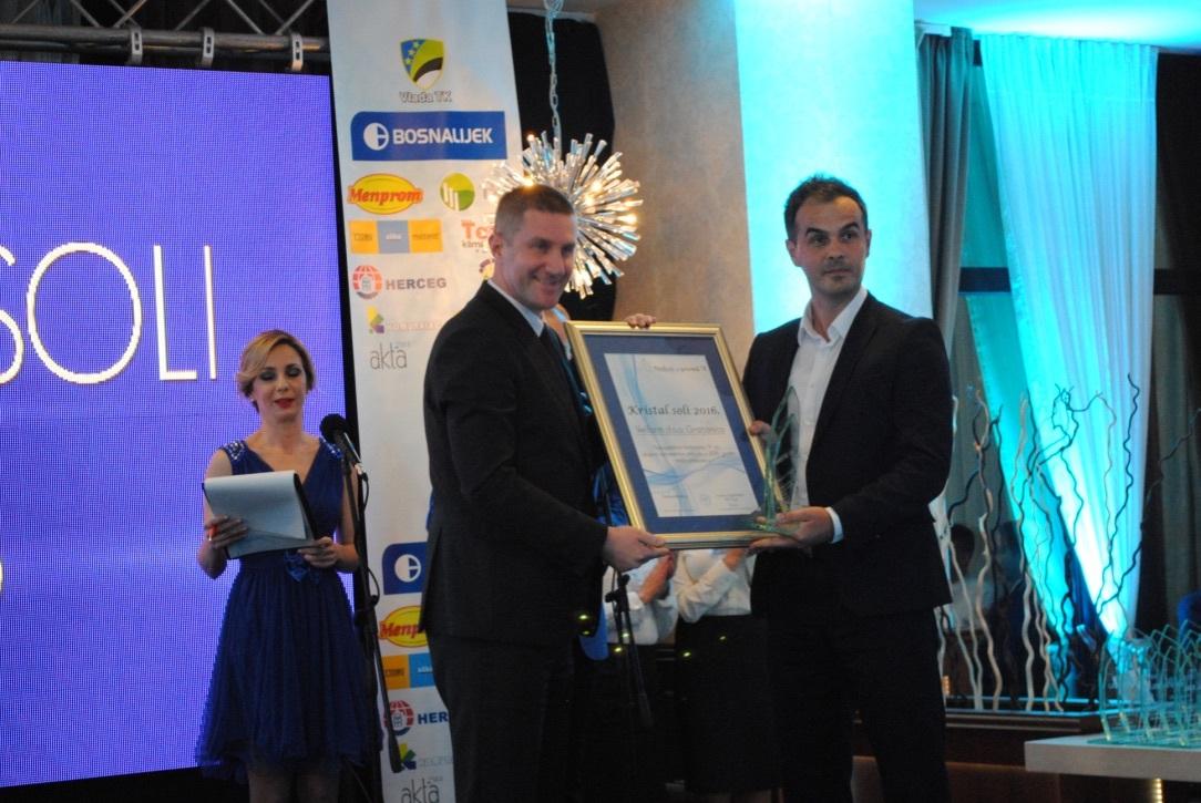 Admir Krešo, izvršni direktor za marketing i prodaju Bosnalijeka, uručuje nagradu predstavniku Velfarma Adnanu Zaketoviću