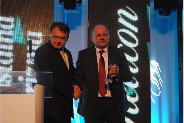 Nermin Nikšić, premijer Federacije, uručio nagradu Berislavu Kutli za najmenadžera u bankarskom sektoru u 2012. godini