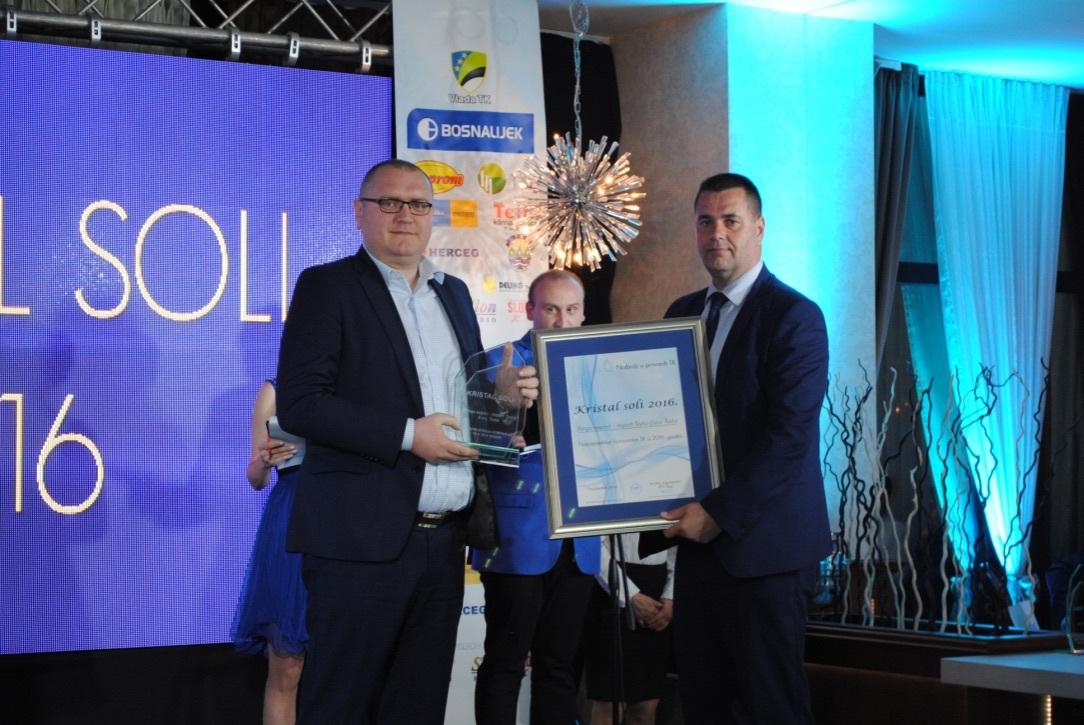 Dario Nikolić, direktor Binga prima nagradu od Bege Gutića, premijera Vlade TK