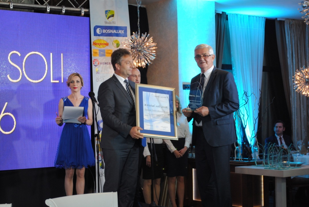 Jakub Suljkanović, ministar finansija TK uručuje nagradu Vejsilu Huremoviću, izvršnom direktoru Sisecam Soda Lukavac
