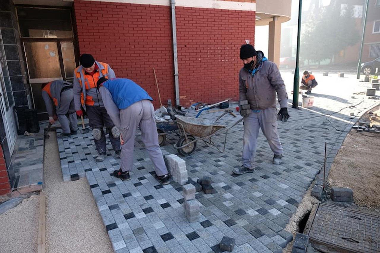 Rekonstrukcija Trga Sabora bosanskog, u toku postavljanje novih ploča i ugradnja betonskih stubića