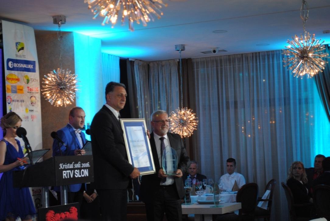 Ministar trgovine TK Mirsad Gluhić uručuje nagradu vlasniku i direktoru Menproma Mensuru Aliću