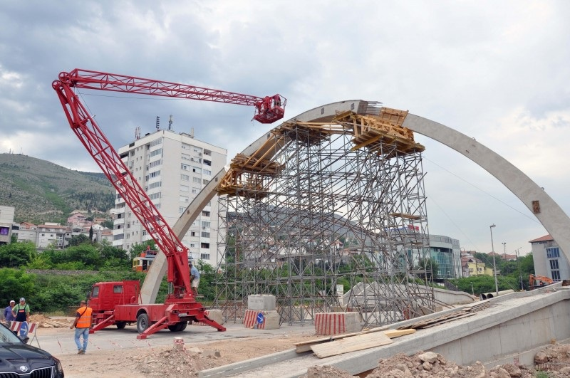 Pogledajte radove na izgradnji pasarele u mostarskom naselju Zalik