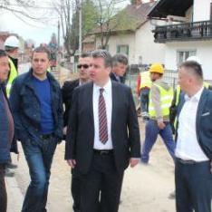 U mjesnim zajednicama Bakšaiš i Hatinac u gradu Bihaću, u sklopu projekta KFW-a, postavlja se nova elektro i telekomunikacijska mreža.