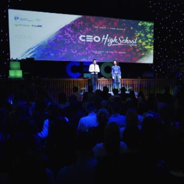 Oko 600 učenika iz nekoliko srednjih škola u Sarajevu, na prvoj CEO High School konferenciji, mogli su čuti inspirativne priče ljudi iz BiH koji su pokrenuli svoj biznis i uspjeli u njemu.