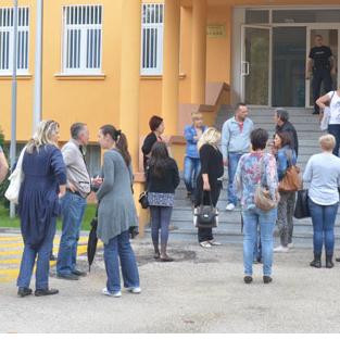 """Više od 30 zaposlenika trgovačkog lanca """"Tuš"""" u Mostaru jučer je prosvjedovalo ispred zgrade Vlade HNŽ-a jer su otpušteni bez otpremnina, prava na socijalno i zdravstveno osiguranje, kao i na mogućnost pravovremene prijave na Zavod za zapošljavanje."""