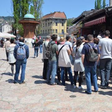 U užem jezgru Sarajeva ovih dana nemoguće je pronaći smještaj. Popunjeni su kapaciteti svih privatnih pansiona, prenoćišta, hostela, a i elitnih hotela. Međutim, u najvećem broju slučajeva ruke trljaju samo vlasnici tih objekata