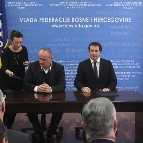 Federalni ministar razvoja, poduzetništva i obrta Sanjin Halimović i načelnici 12 općina i gradova iz Federacije BiH potpisali su danas ugovore o dodjeli novca za unapređenje poduzetničkih zona u FBiH.