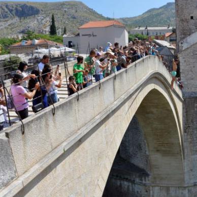 """Veliki broj skakača na tradicionalnim """"Skokovima sa Starog mosta"""""""