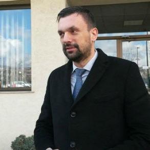 Javno komunalno preduzeće - Gradski saobraćaj Sarajevo (GRAS) neće ići u stečaj sve dok ne pokušamo iskoristiti sve moguće potencijale - kazao je jučer u Sarajevu premijer Kantona Sarajevo Elmendin Konaković.