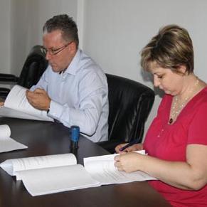 Potpisali ugovori o izvođenju radova na rekontrukciji drvenih pješačkih mostova i uređenja ada na rijeci Uni u okviru prekograničnog projekta Zeleni otoci. Vrijednost ugovorenih radova je preko 100 hiljada KM.