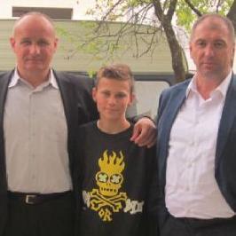 Sanski most, kao jednu od opština u USK kantonu čije je stanovništvo također bilo pogođeno poplavama posjetio je direktor Opal grupacije Haris Ćoralić te zajedno s načelnikom grada obišao ugrožene familije.