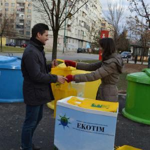 Ekotim građanima podijelio cekere za odvojeno odlaganje otpada