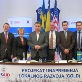 The director of the economic department of USAID in BiH Thomas Rojas signed in Bihać today a memorandum of understanding with the mayors of municipalities of Bosanska Krupa, Bužim, Cazin, Sanski Most and Velika Kladuša within the Growth-Oriented Local Development (GOLD) project.