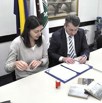 Načelnik Općine Stari Grad Ibrahim Hadžibajrić i direktorica kompanije Akademija 387 Jovana Musić potpisali su jučer Memorandum o saradnji na realizaciji projekta dodatne edukacije iz oblasti informacionih tehnologija.