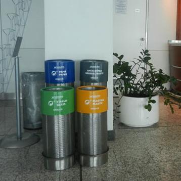 Predstavnici Ekopaka, prvog ovlaštenog operatera sistema upravljanja ambalažnim otpadom jučer su uručili 10 setova od po četiri kante za odvojeno odlaganje papira, plastike, stakla i opšteg otpada Međunarodnom aerodromu Sarajevo.