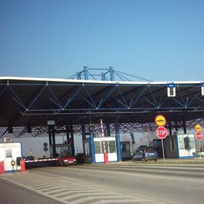 Na carinskom terminalu na ovom prelazu nalazi se desetak kamiona humanitarne pomoći iz Klagenfurta koji ne mogu proći zbog administrativnih ograničenja.