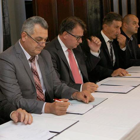 """Federal Prime Minister Nermin Nikšić signed today in Zavidovići an agreement on the status of employees of IE """"Krivaja"""" between the Union of the company and the Federal government and partnership group."""