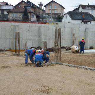 Izgradnja osnovne škole u naselju Aneks odvija se predviđenom dinamikom, a u toku je postavljanje oplate i armature za betoniranje preostalih zidova i dijelova ploče na tlu nižeg i višeg nivoa, čime će biti završena prva ploča na objektu.